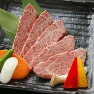 神戸牛を中心とした厳選した銘柄和牛を使用。生産現場から配送までのルートの安全管理や、店舗での衛生管理オペレーションを徹底しているため、肉の品質には自信があります。