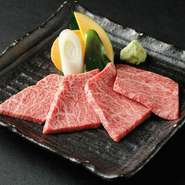 繊維質な赤身と霜降りの多さが特徴で、サシが良く入り柔らかく旨味があります。 引き締まった肉の食感と適度な脂が味わえます。