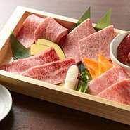今宵の神戸三彩に、さらに料理長が自信を持ってオススメする銘柄牛2種を盛りつけたとび栗贅沢な5種盛りを木箱でご提供いたします。