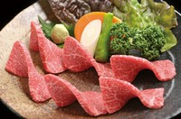 とうがらしの形をしていることからこの名前がつきました。 腕にかかる部位で、とてもさっぱりしているのに甘く、鉄分の多く含まれたお肉です。