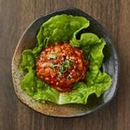 牛スジと鶏ガラを丸1日煮込み、野菜を入れ、唐辛子で味つけ。深みのある辛さの味噌ベースです。