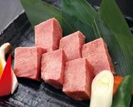 きめが細かく脂の上質な旨味、柔らかさ、霜降りと一番バランスのとれたおいしい部位です。肉そのものの美味しさを味わいたいという時には一番のおススメです。