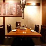 店内には部位の説明があちこちに飾られ、和モダンの趣。ロースターを備えたテーブル席は4名×5卓あります。