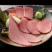 日替わりで自慢のお肉を3種楽しんでいただけます。カットにもこだわり、ブロックや焼きしゃぶなどの違いがあります。赤身それぞれの旨みを最も堪能していただけるようにしております。