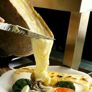 人気のラクレットはオープン以来、究極の美味しさを追求してきました。ラクレットオーブンは特注で、数年がかりで完成させたこだわりのもの。パリパリに焦がしたチーズとトロトロに溶かしたチーズをお楽しみ下さい。