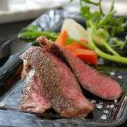 ステーキは、最高級A5ランクの和牛(メス)サーロインを使用。 ローストビーフは、A5ランクの和牛(メス)のイチポの部分を使用。 スモークサーモンはニュージーランド産で、自然に近い状態で育てられ安全。
