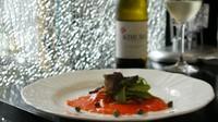 青森県で種鴨から一貫生産されているフランス鴨(バルバリー種)の胸肉を使用。 出汁は、ドンコ、鰹節、醤油(古式天然醸造)を使用。鴨を焼いたときに出た脂で作ったネギ油をトッピング。ワインに合う一品です。