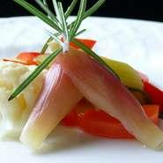 """季節のオーガニック野菜使用。ルクルーゼ鍋を使用してさらにおいしく。 Seasonal organic vegetables fried in olive oil, using """"Le Creuset""""."""
