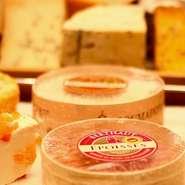 フェルミエ(農家製)のチーズ 20~30種類をご用意しております。 21:00 頃まではトレーの中よりお選び頂けます。