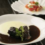 国産の牛(A5ランク)のバラ肉を使用し、数時間かけてじっくり煮込みます。 非常に柔らかく、オープン当時からの人気メニューです。