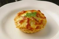 お一人様サイズの、玉葱とサラミの手造りキッシュ。 出来たての味を楽しんでいただくため、30分前後お時間を頂きます。 (It will take about 30 minutes.)