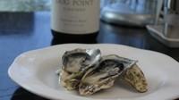 """""""最も美味しい生牡蠣を白ワインと共に"""" 季節により、最も美味しい牡蠣を入荷しております。 夏の間は、旬の国産""""岩牡蠣""""をご用意。 時々の牡蠣に合う白ワインを準備しております。"""