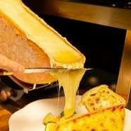 """""""パリパリ、トロトロのチーズ両方を味わえるのは当店のオリジナル"""" 数年をかけて完成させた特注のオーブンで、ラクレットチーズを溶かします。数種類の野菜に絡めてお召し上がりください。"""