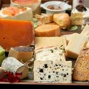 20~30種類の農家製チーズをご用意しております。 21:00頃までは、トレーの中よりお選び頂けます。