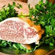 お肉料理は、群馬県内で生産された優良な肉用牛をもとに、熟練した畜産家が高度な肥育技術で育てられた上州牛を中心に、またお魚料理はおすすめの魚介類を仕入れています。