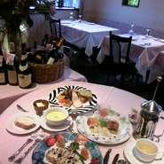 自慢のスモークが定評の感謝コースは、オードブル・季節のスープ・メイン料理・パンその日のデザート全部盛り合わせと、食後のお飲物がついて2530円~(メイン料理によって追加を頂く場合がございます。)