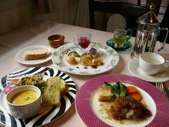 サラダとスープの一皿とお好きなメイン一皿、今ならデザートフェアーに付きお好きなデザートをどうぞ!