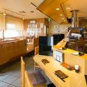 職人たちの調理風景をみながら、串かつを楽しめます。