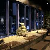 新宿の夜景を眺める席も用意