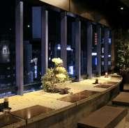 デートにおすすめ!夜景を眺めるカウンター席は予約必須です。