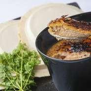 フォアグラと鶏レバーに白味噌を加え仕上げております。 南部せんべいにつけてお召し上がり頂く、和風のブリュレ