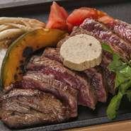 極上の熟成牛を鉄板でトリュフバターとからめ、芳醇なトリュフと焦がしバターの風味で召し上がる逸品。