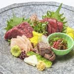 会津より直送される馬刺し、肉質が柔らかくしっかりとした旨みが特徴の会津馬刺しを盛り合わせでご提供いたします。
