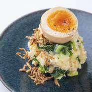 燻製した沢庵と九条ねぎを入れ込み、半熟の煮卵を乗せた上品な大人のポテトサラダ。