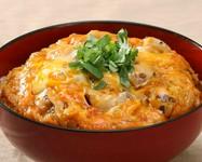 トマトサラダ、大山鶏炙り親子丼、香物、お椀