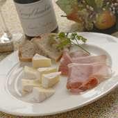 """ワインと共にどうぞ。""""生ハムとカマンベールチーズ"""""""