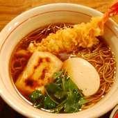 「力王そば(918円)」 天ぷら、餅、かまぼこ入り