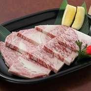 溢れ出す肉汁がA-5ランクの極上のあかしです。 (一皿2780円)