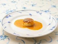 ホタテと甘海老、異なる甘さが織りなす味のハーモニーを楽しめる『ホタテ貝のスフレ 甘海老のソース』