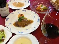 アミューズ・オードブル・スープ・魚料理または肉料理・パン・サラダ・デザート・コーヒー