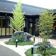 中心には大きな岩と木を配置し、趣のある造りになっております。