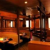 広い店内でゆったり、掘りごたつ席や個室も完備。
