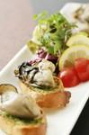 季節はずれの牡蠣は冷凍を使っています。バケットの上にトマトソースと一緒に!