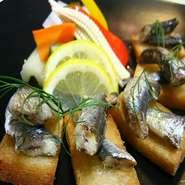 じっくりと時間をかけて煮込んだソースピザです。
