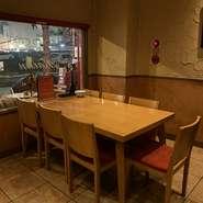 テーブル席は2卓ご用意しております。