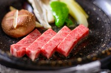 ・前菜・ミニサラダ・各種石焼ステーキ・舞茸の土瓶蒸し・茶そば又は雑炊・デザート