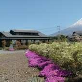 富士山の麓に佇む古民家風のそば店