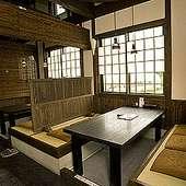 <掘りごたつ席・個室>あり。木の温もりが落ち着く古民家風の店内