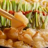 黄金屋の醤油もつ鍋は博多の老舗の味を受け継いだもつ鍋です。本場九州から仕入れる2種の削り節、高級昆布、老舗醸造所の特製醤油を使用した醤油もつ鍋は通販でも大人気,開業以来不動の人気メニューとなってます。