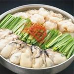 この時期に定番人気なクリーム&チーズもつ鍋。まろやかでクリーミーなスープに、もつや野菜を絡めてどうぞご堪能ください。〆にはちゃんぽん麺を加えていただくと、クリームパスタのように味わうことができます。