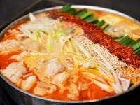 『うま辛唐辛子もつ鍋』通称! 赤鍋!! 辛さは程よくコクのある味わいに、トッピングの激辛唐辛子ソースで辛さ調整も出来ます。〆は断然、雑炊セット卵が落ちればもう言う事なし。