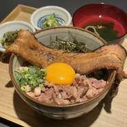 その名の通り丼ぶりからはみ出るほどの焼き豚がボリューミーな定食です。 (はみ出る焼き豚丼、汁物、小鉢)ライス大盛無料!