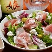 新鮮な「地産地消の野菜」をたっぷりと使用したサラダ