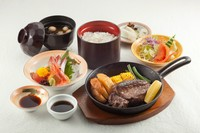 「和食と洋食の人気メニュー」牛フィレステーキ・サラダ・刺身・ご飯・味噌汁・お新香