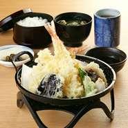 「揚げた手熱々の天ぷらをどうぞ」