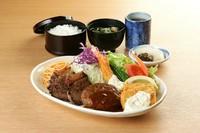 洋食のボリューム昼食です。(牛ステーキ・ハンバーグ・エビフライ・イカフライ)